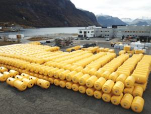 Sjøbarriere bøyer ved fabrikk på Åndalsnes og klare for levering